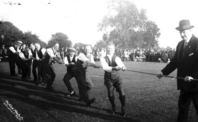 Postcard Bottesford tug of war