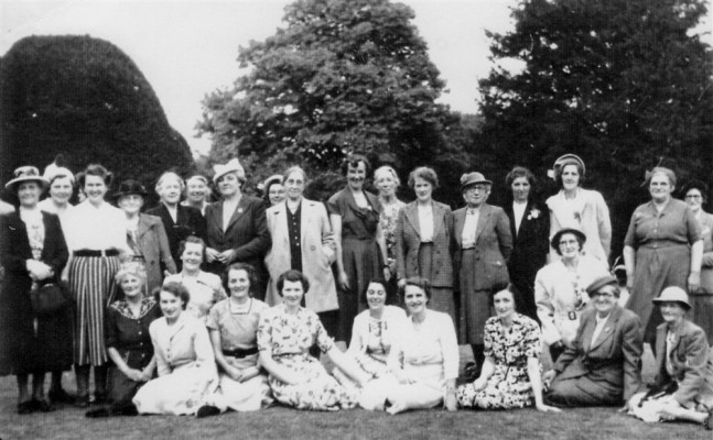 WI group picture in garden