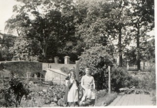 Nellie Pinfold with her children when visiting sister Annie Harby in 1930s