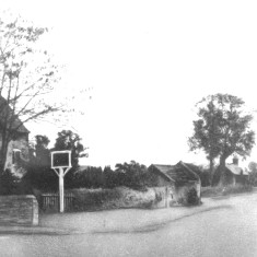 The Red Lion c. 1900. On the right Daybell'sFarm  barn