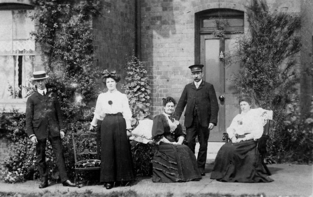 John Thomas James and family in 1907.