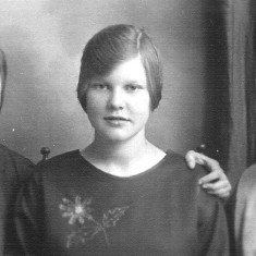 Three Bray sisters: Susan (Florence), Annie and Clarice taken in the 1920s.