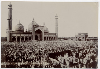 Crowds gathered in front of the mosque, during the Delhi Durbar. | From the Swallow family collection of Mrs Viv Finch