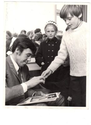 Gordon Banks autographing Trevor's Typhoo card in the early 1970s. | From the personal collection of Trevor Durham