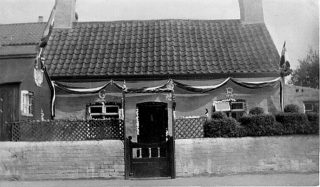 Taplin's cottage, their Fish and Chip Shop was in the hut to the left of the cottage.                                   | Bottesford Local History Archive