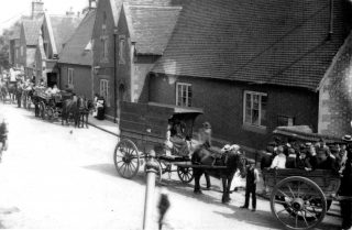 A Sunday School outing, carriages drawn up outside Bottesford School before departure probably to Belvoir Castle, around the turn of the Century.                                                             | Bottesford Local History Archive